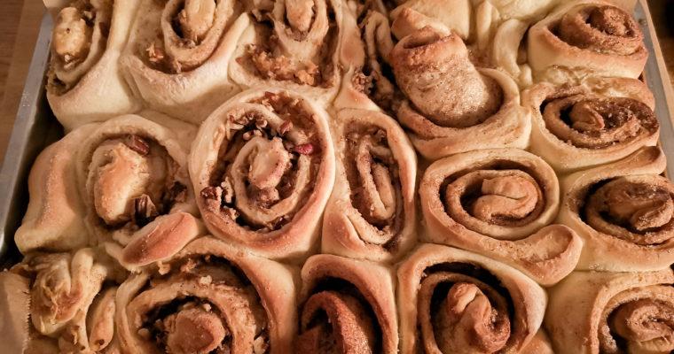 Saftige Zimtrollen mit Pekanüssen und Äpfeln – wie von Cinnabon