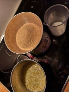 Geschmolzene Butter, gemahlene Kekse und Sahne